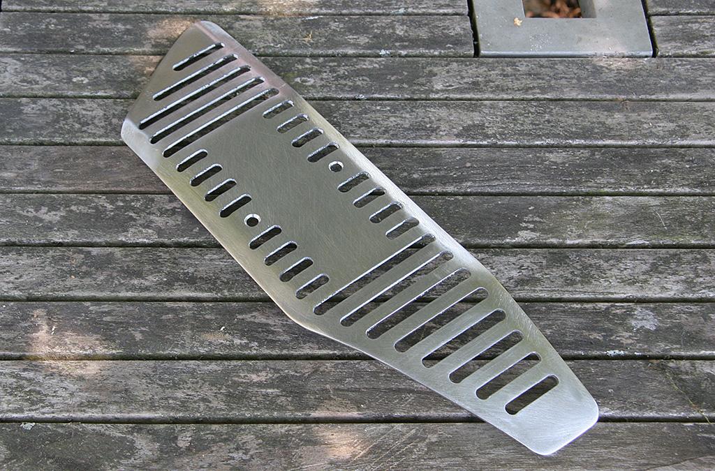 Cache latéral en acier