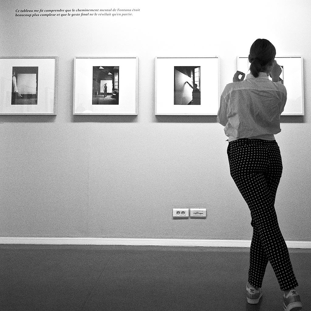 """Exposition Ugo Mulas à la Fondation Henri Cartier Bresson. Citation de Mulas : """"Ce tableau me fit comprendre que le cheminement mental de Fontana était beaucoup plus complexe et que le geste final ne le révelait qu'en partie""""."""