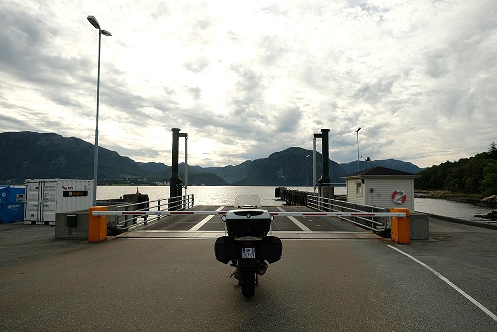 En attendant le Ferry pour gagner l'autre rive