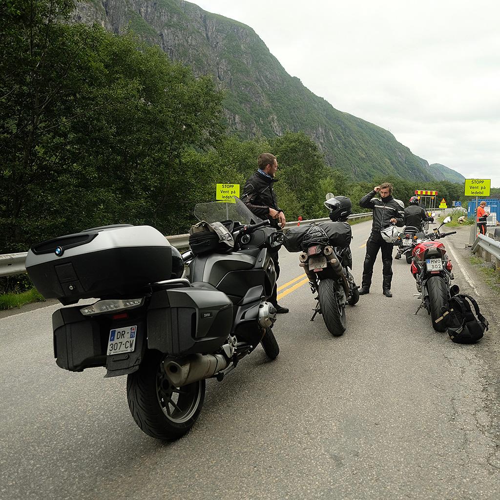 Quand un motard rencontre deux autres motards, ils se racontent des histoires de motards