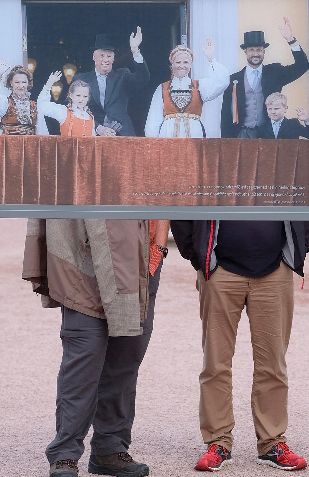 Panneau avec photo de la familleRoyale près du Palais (Commentaires sur la photo au verso)...